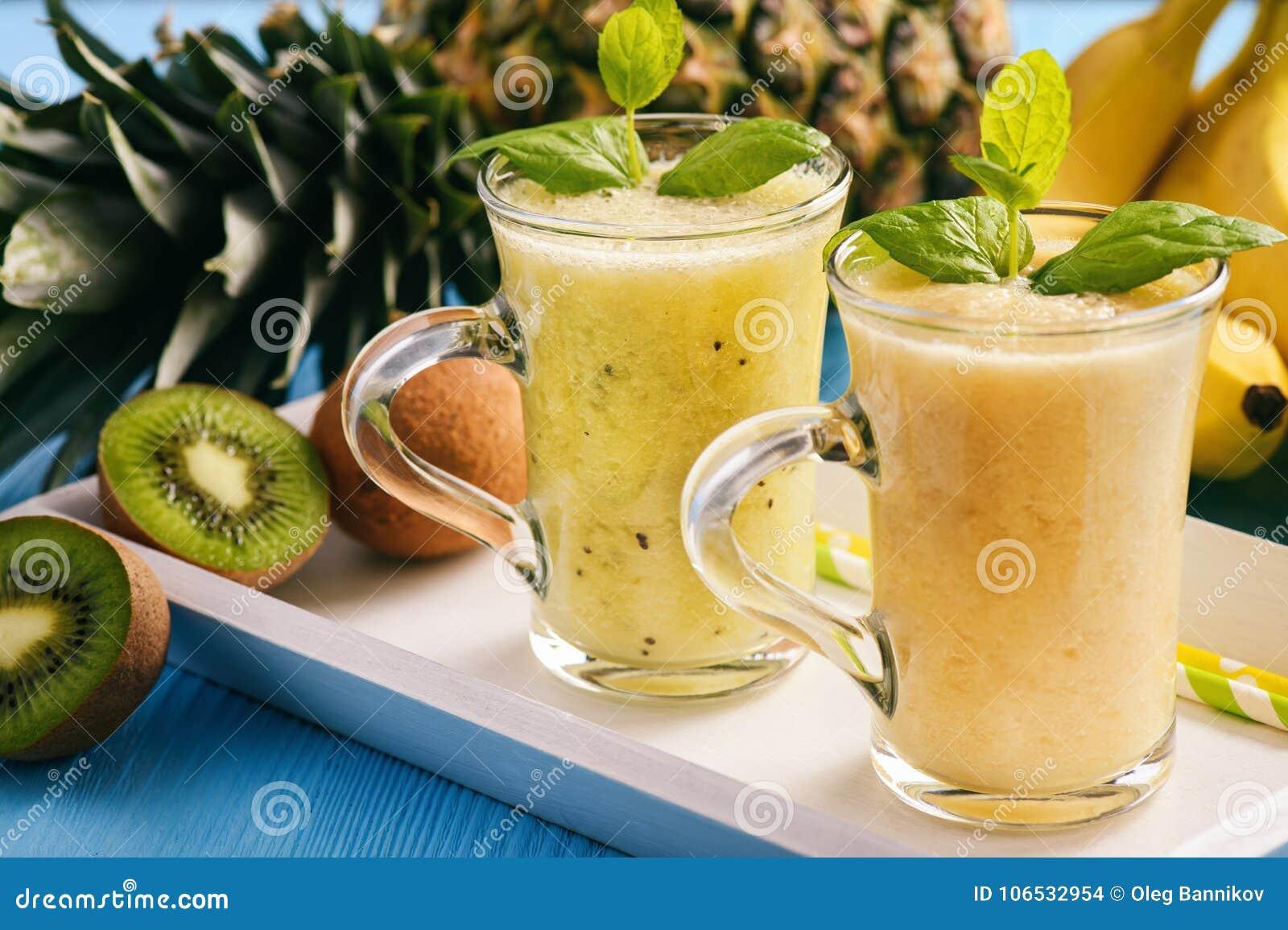 Gezonde smoothie met pineaple, kiwifruit en bananen
