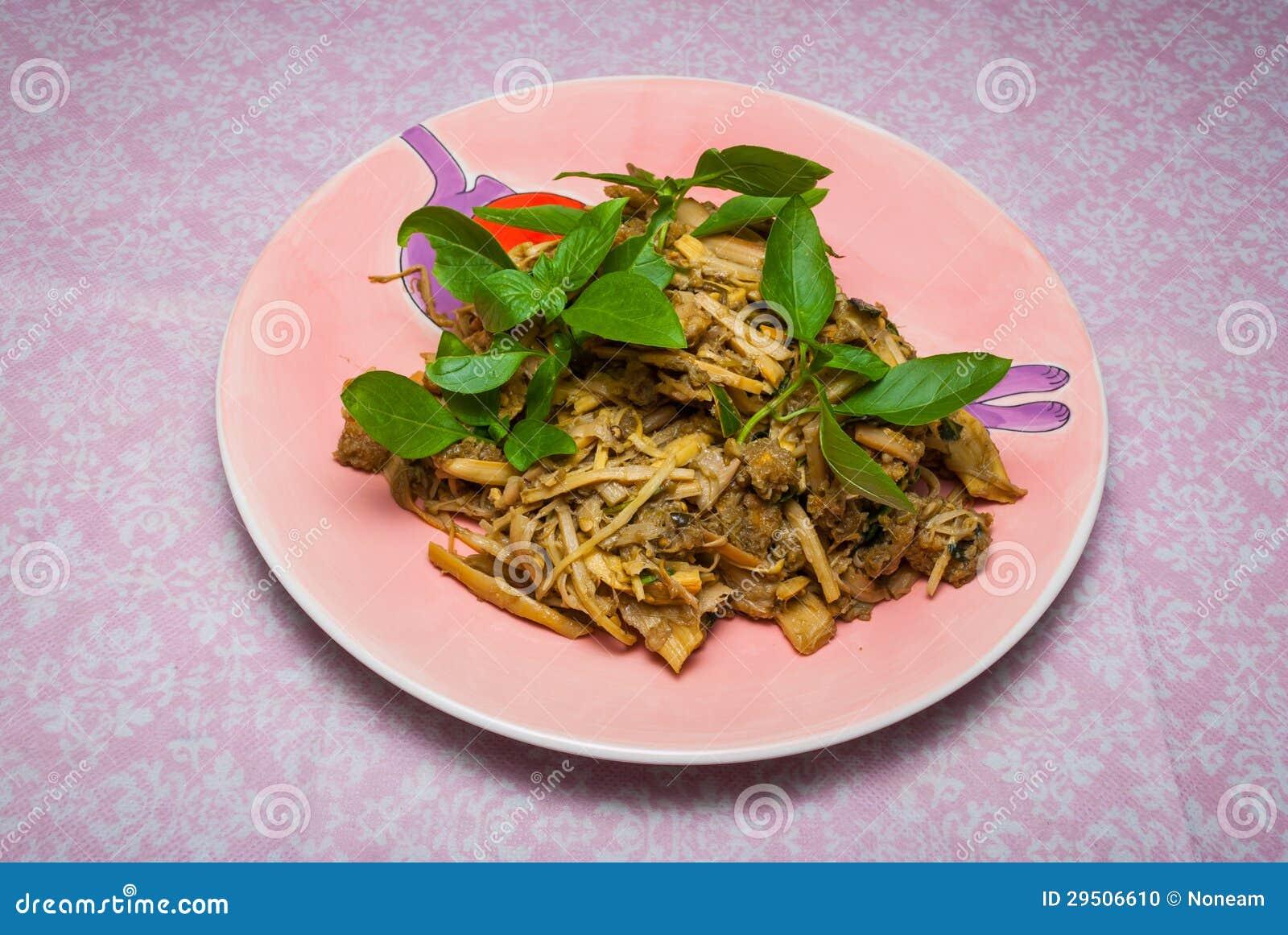 Gezonde Thaise salade met bamboespruiten en kruidYam geen pu van MAIsai nam