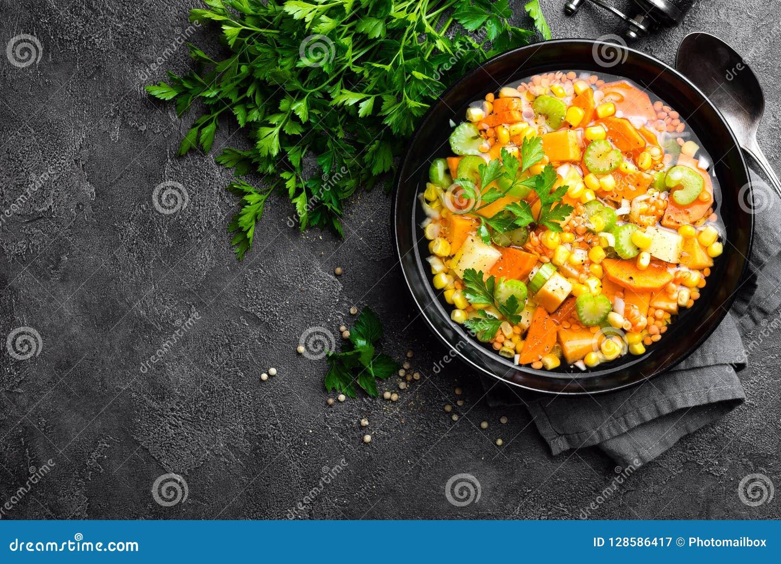 Gezonde vegetarische groentesoep met linze en groenten De soep van de linze