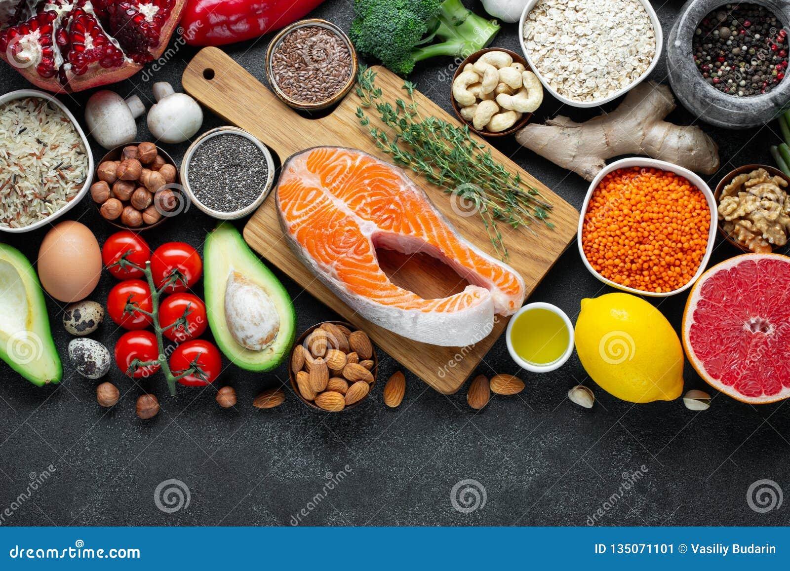 Gezonde voedsel schone het eten selectie: vissen, fruit, noten, groente, zaden, superfood, graangewassen, bladgroente op zwart be