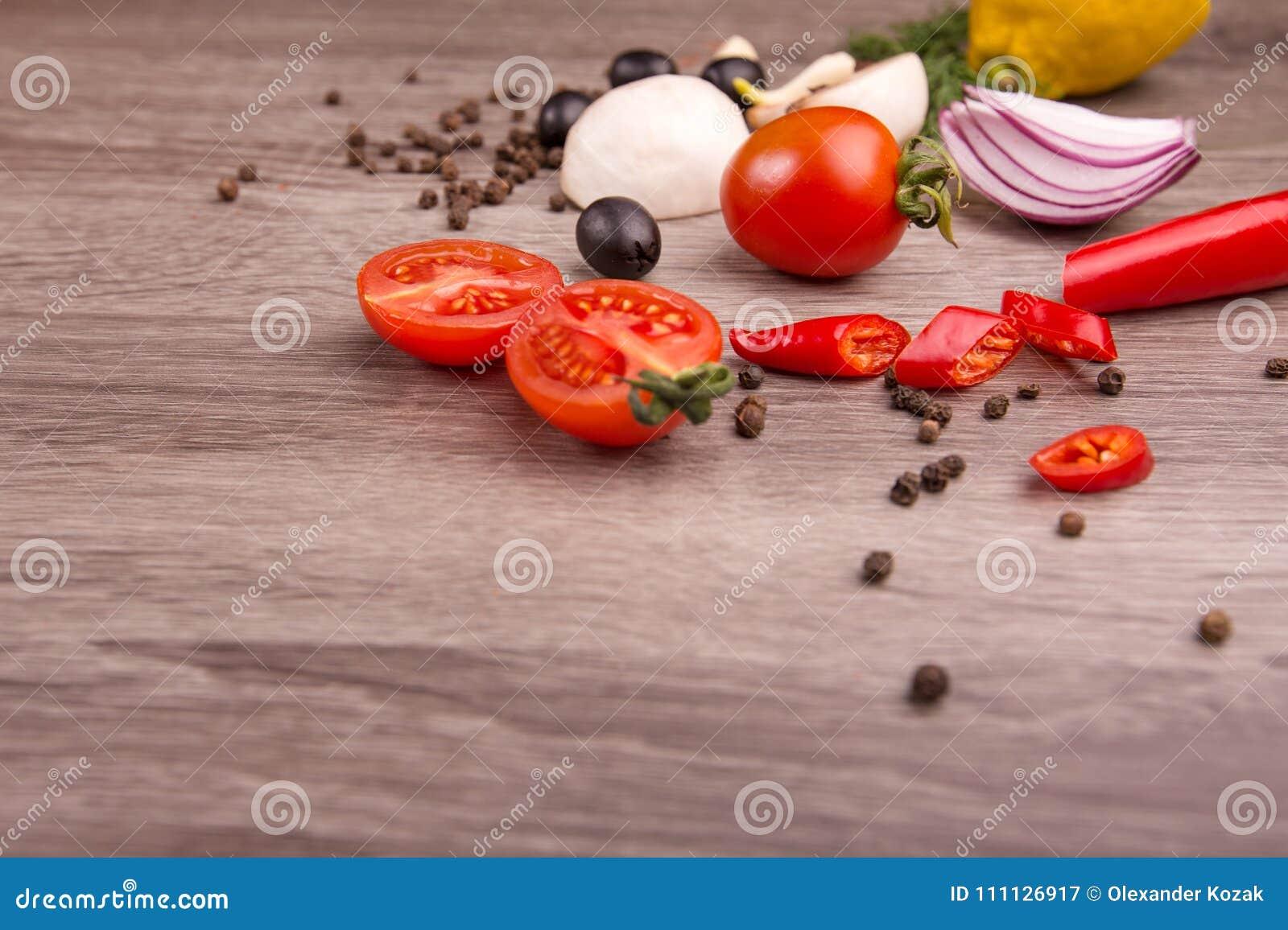 Gezonde voedselachtergrond/studiofoto van verschillende vruchten en groenten op houten lijst