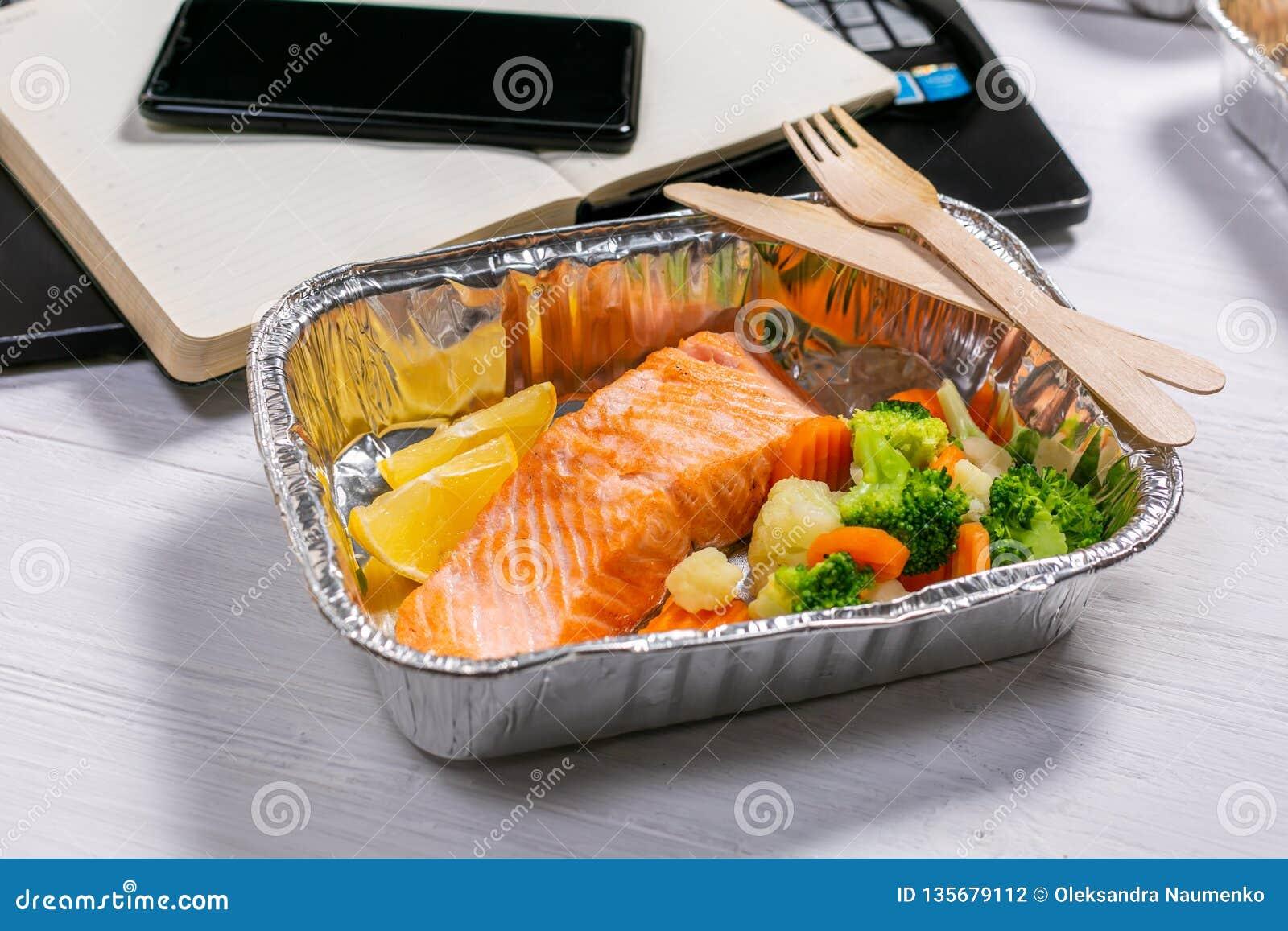 Gezonde voedsellevering aan werkruimte - containers, laptop, mobiele telefoon