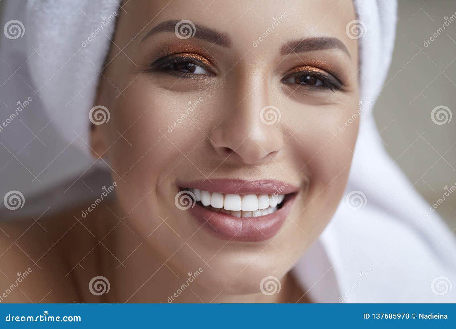 Gezonde witte glimlach dichte omhooggaand Schoonheidsvrouw met perfecte glimlach, lippen en tanden Mooi meisje met perfecte huid