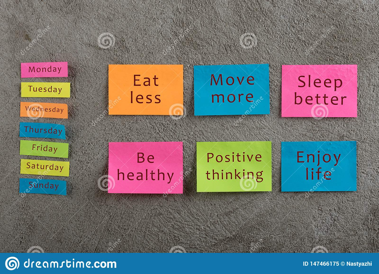 Gezondheid en motivatieconcept - velen kleurrijke kleverige nota met woorden eten minder, bewegen meer, slaap beter, gezond zijn,