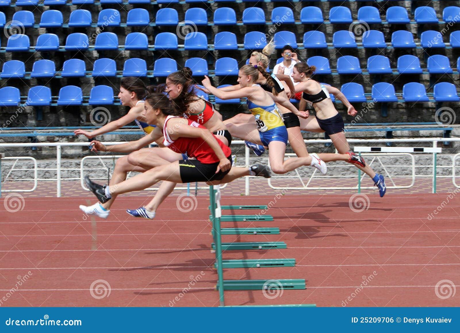 Ggirls en la carrera de vallas foto editorial imagen - Imagen de vallas ...