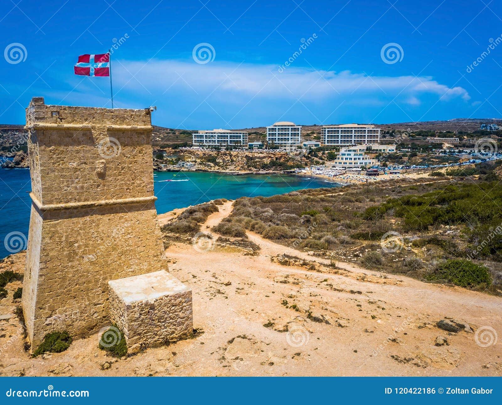 Ghajn Tuffieha, Μάλτα - όμορφο παρατηρητήριο Ghajn Tuffieha και χρυσή παραλία κόλπων μια φωτεινή θερινή ημέρα
