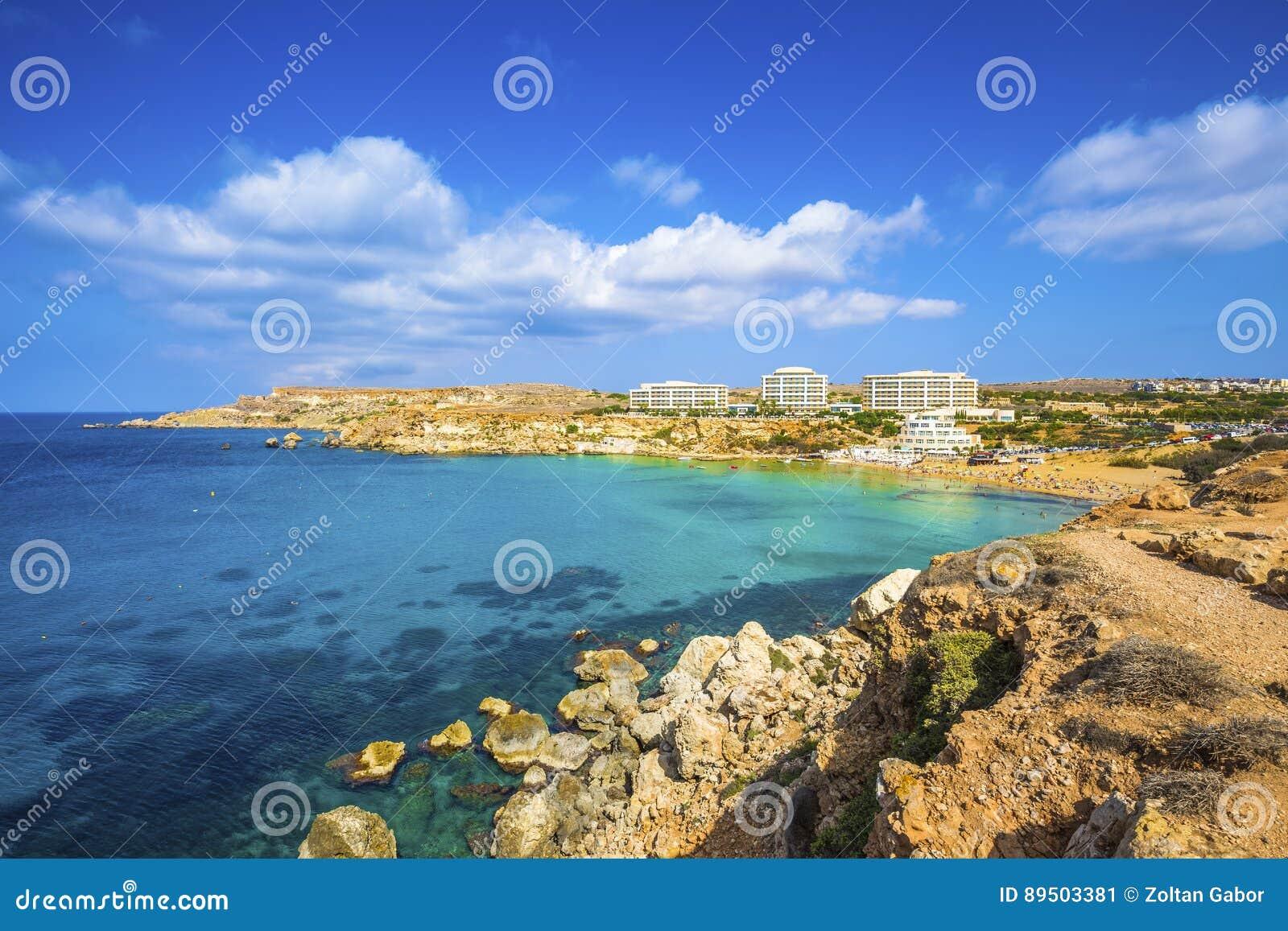 Ghajn Tuffieha, Malta - opinión panorámica del horizonte de la bahía de oro, ` s de Malta la mayoría de la playa arenosa hermosa