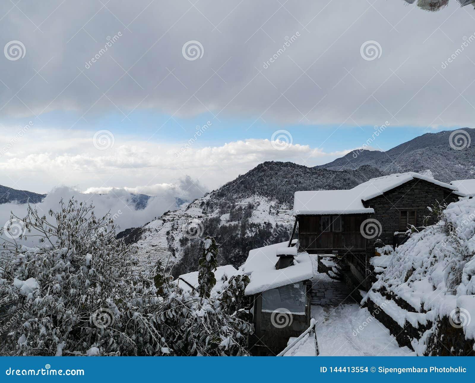 Ghandruk - μόνο χάστε τον ήλιο όταν αρχίζει στο χιόνι