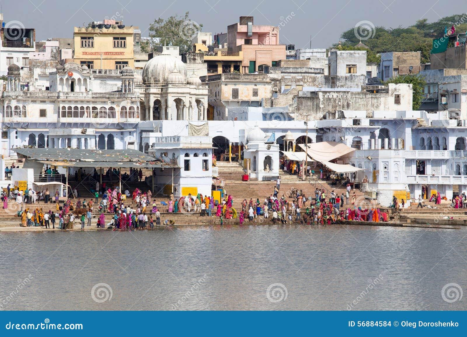 Ghats santi nel lago sacro Sarovar Pushkar, India
