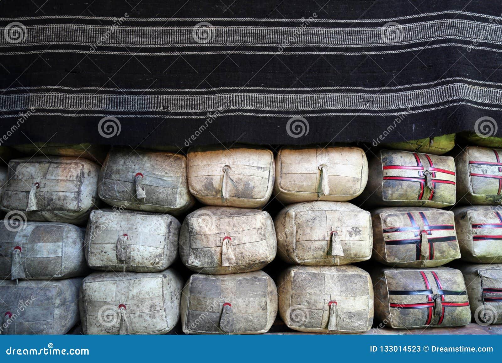 Ghee schorpioen in een zweepzak onder de deken in het Tibetaanse huis