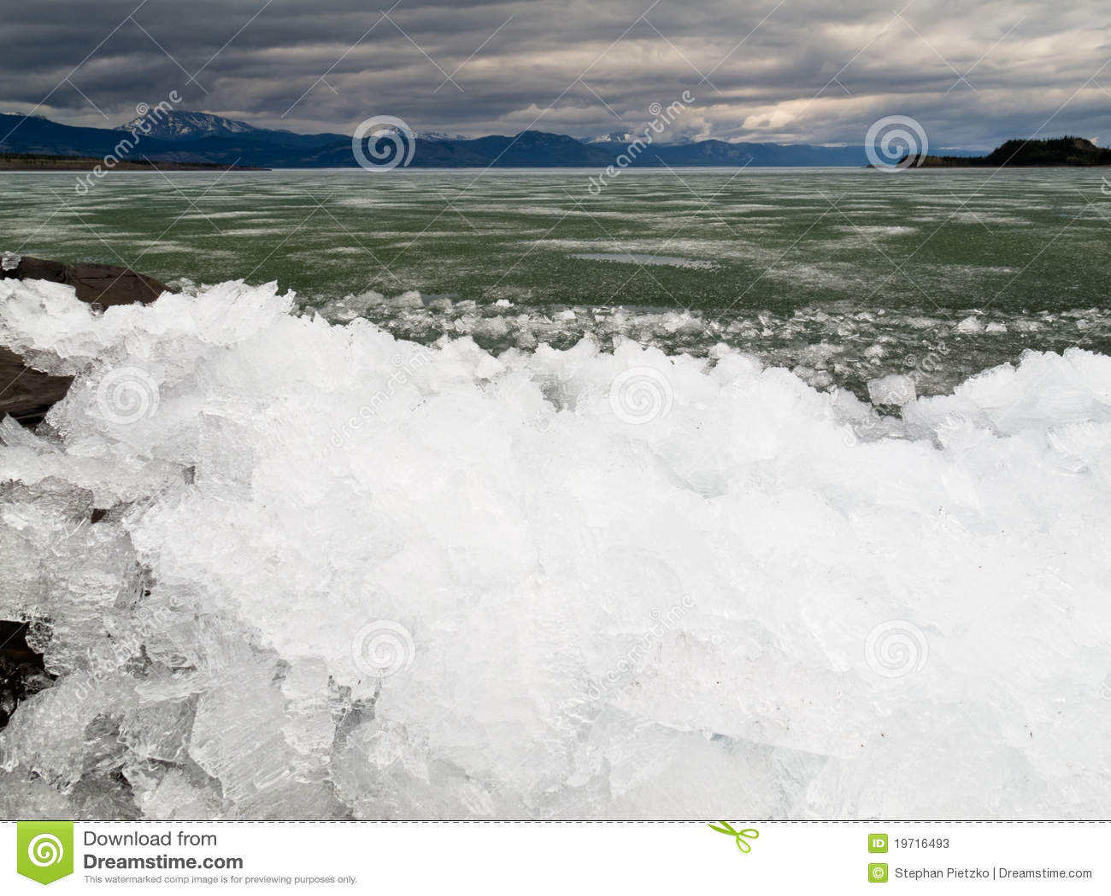 Ghiaccio-Rompa nel lago Laberge, il territorio di Yukon, Canada