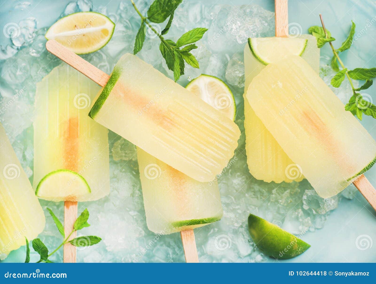Ghiaccioli della limonata di estate con calce e ghiaccio scheggiato, vista superiore