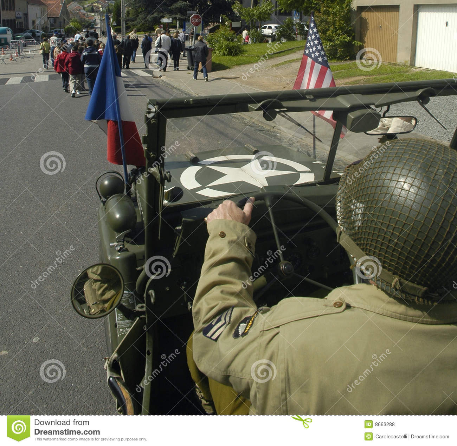 GI des USA conduisant une vieille jeep