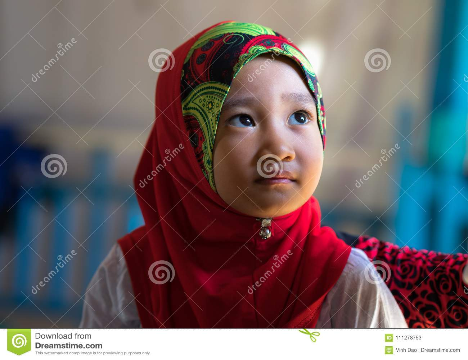 An Giang, Vietnam - 6 septembre 2016 : Portrait de la petite fille musulmane vietnamienne portant la robe rouge traditionnelle da