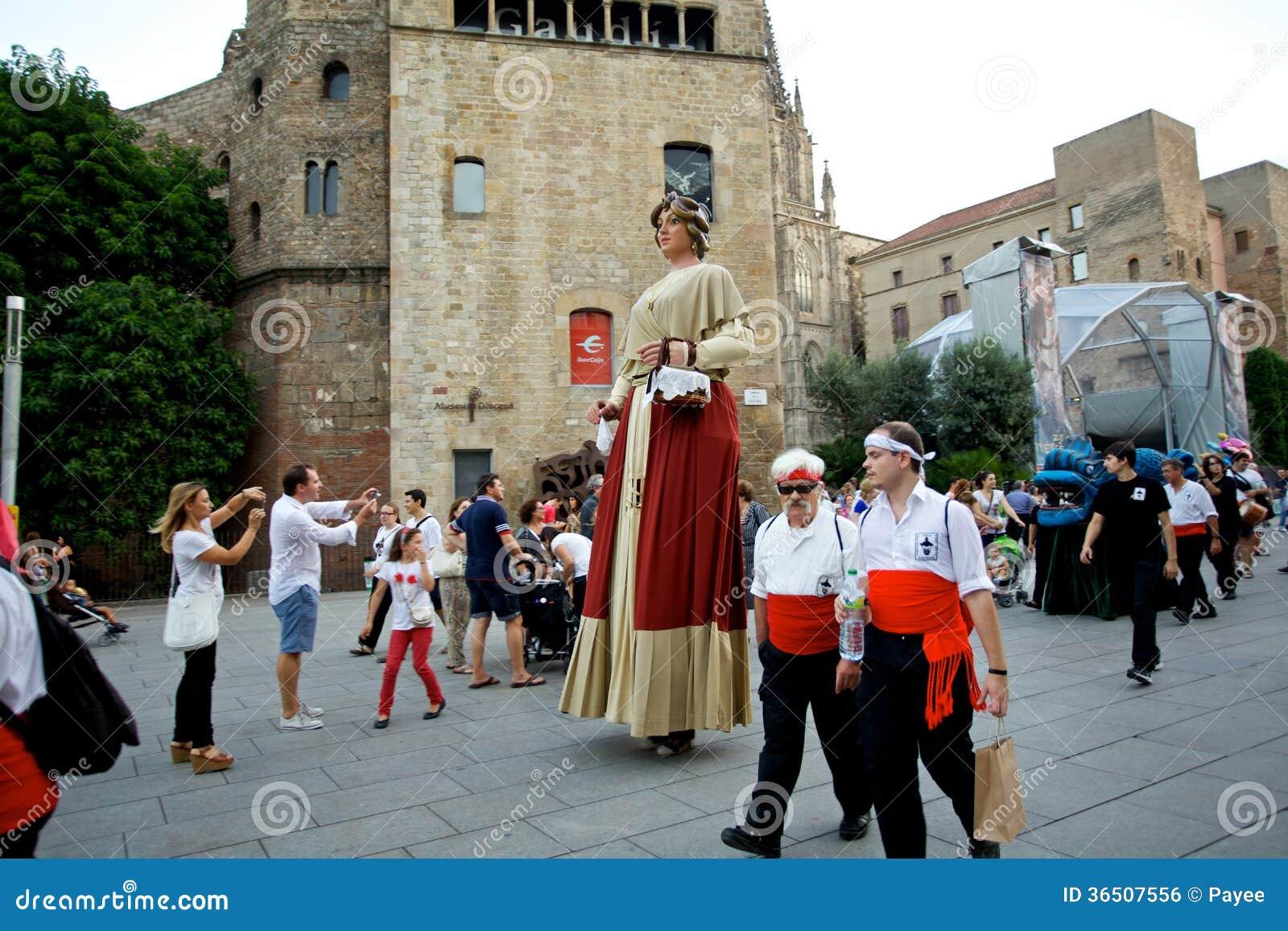 Giants проходят парадом в фестивале 2013 Mercè Ла Барселоны