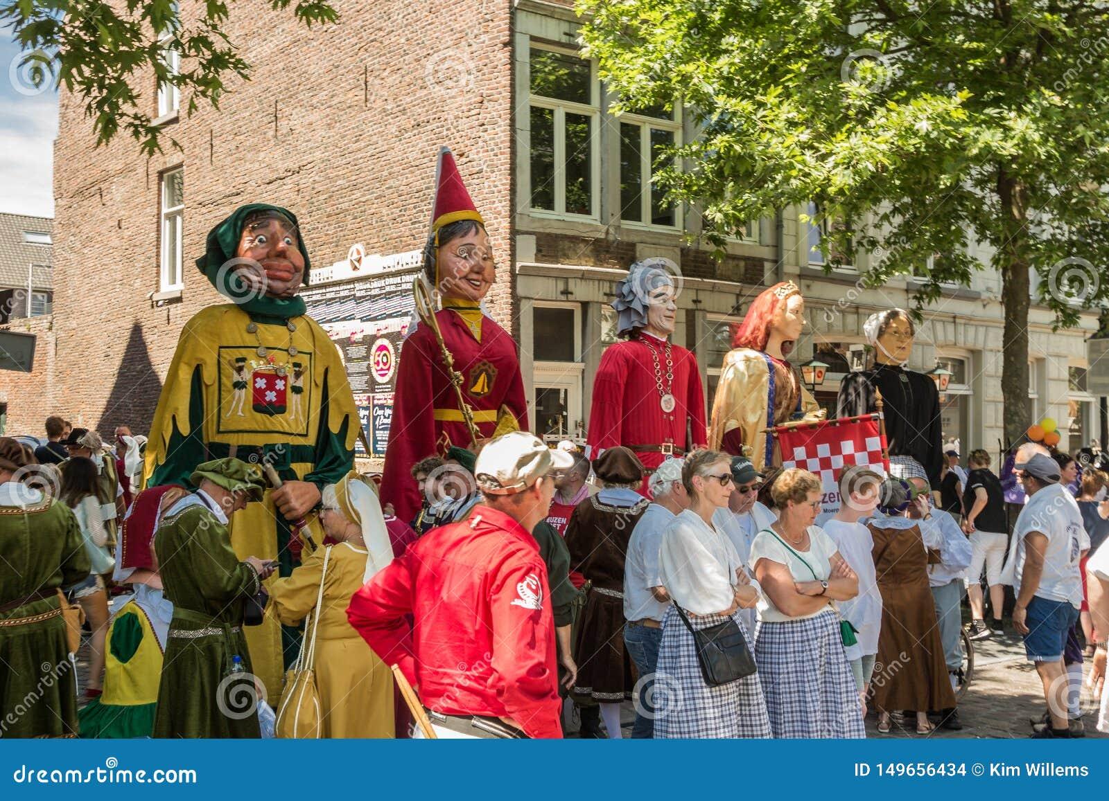 Giants attendant pour participer au défilé 5 annuel à Maastricht du centre