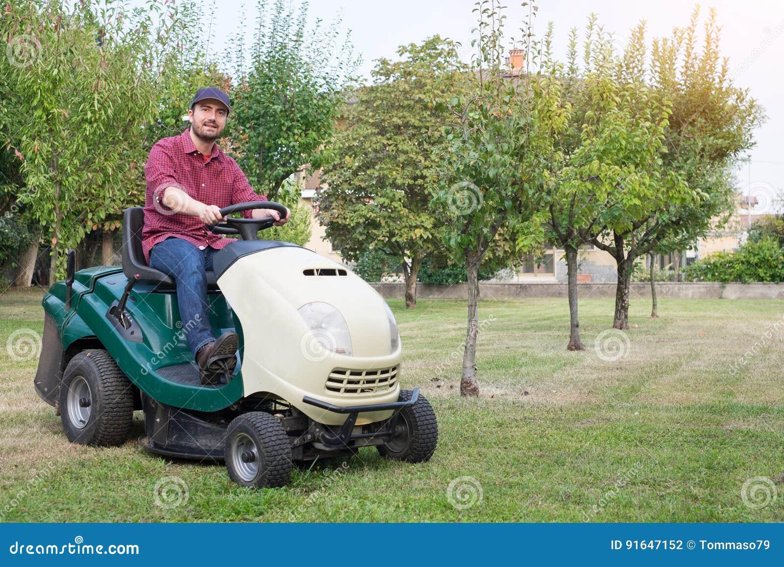 Giardiniere che taglia l 39 erba di un giardino fotografia - Erba da giardino resistente ...