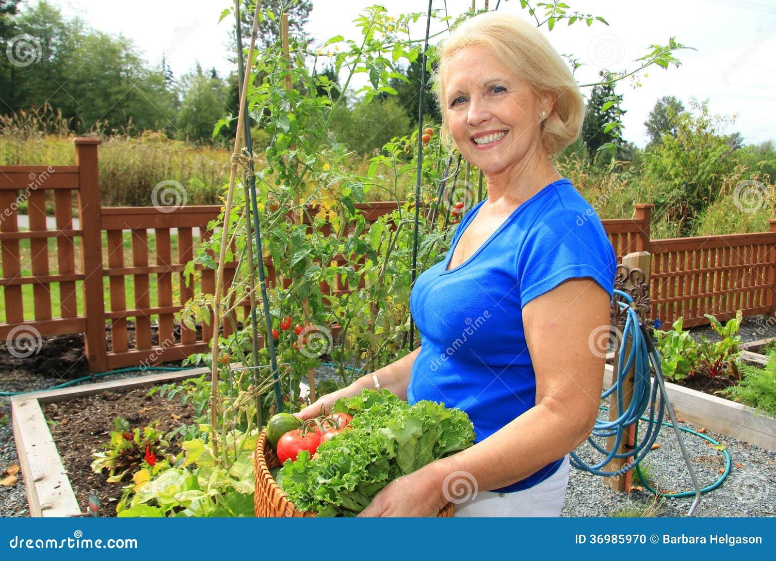 Giardiniere e verdure senior.