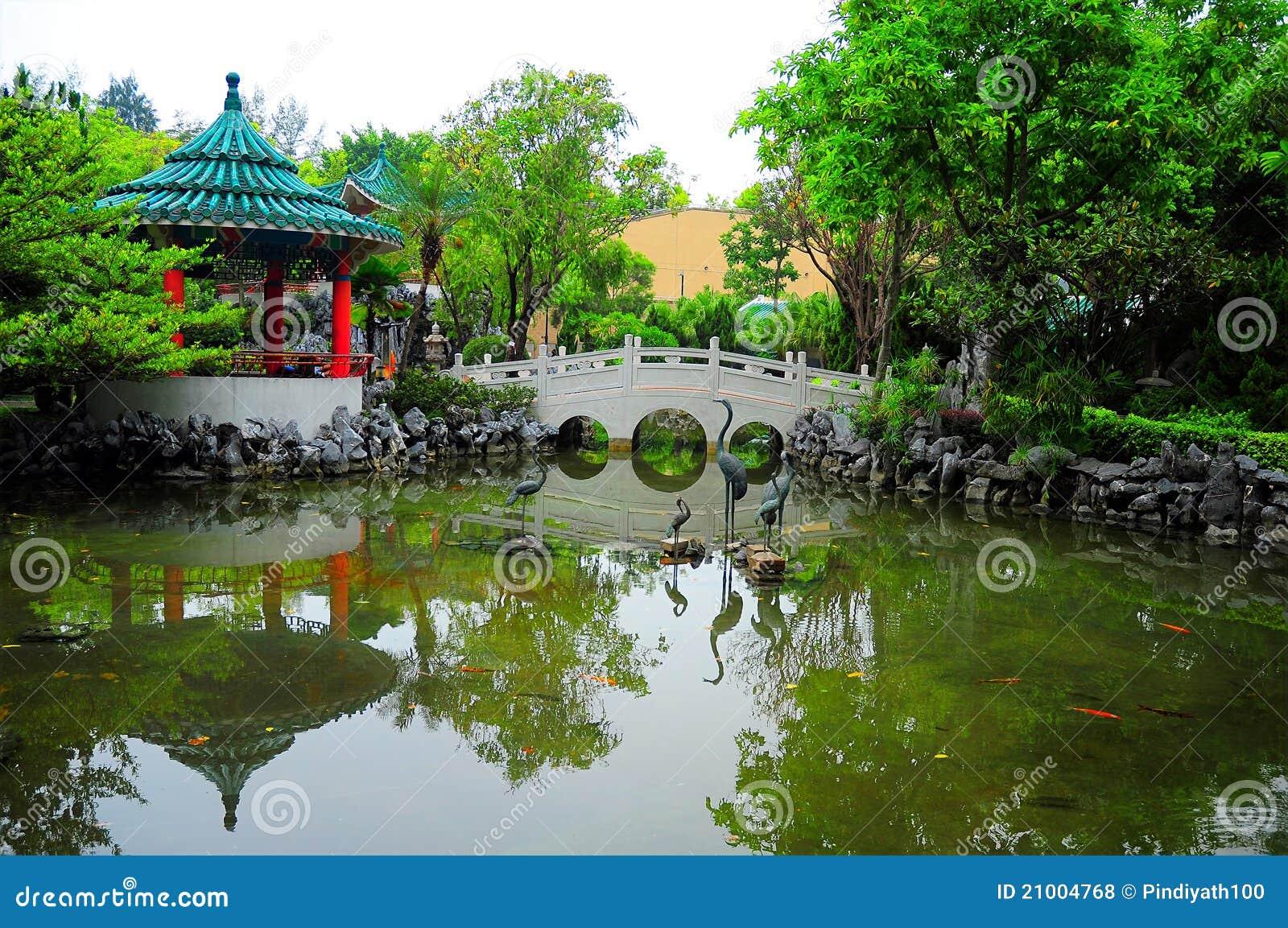 Giardino cinese con la passerella fotografie stock libere da ...
