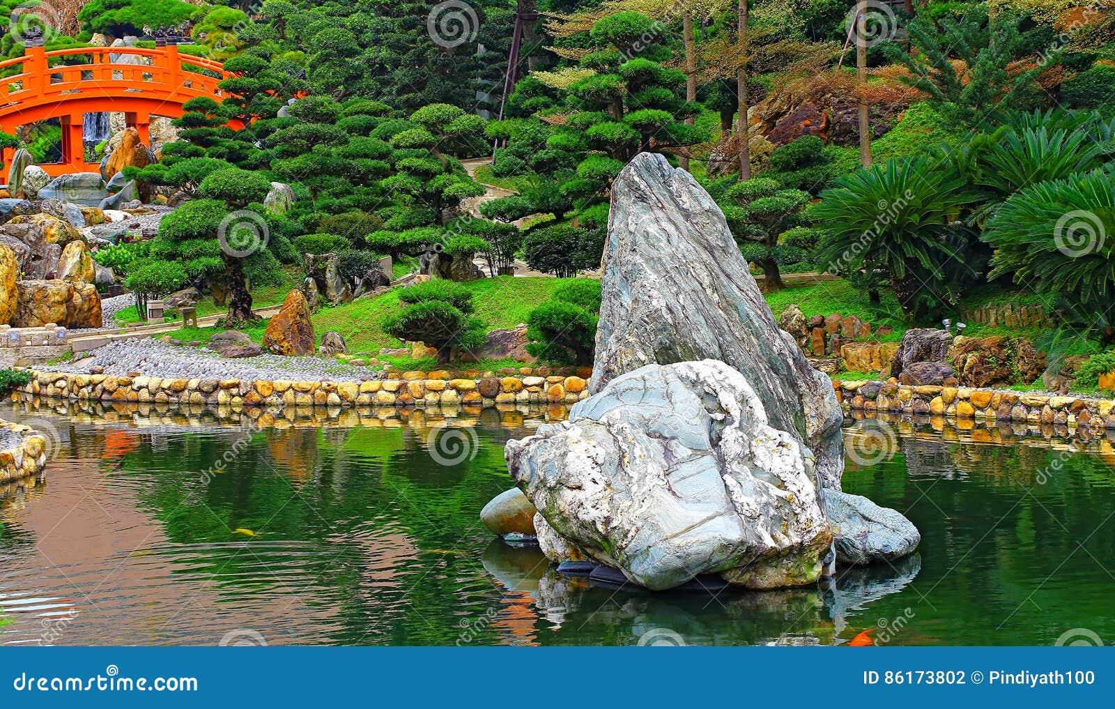 Giardino cinese di zen con il ponte e le rocce rossi for Il giardino di zen