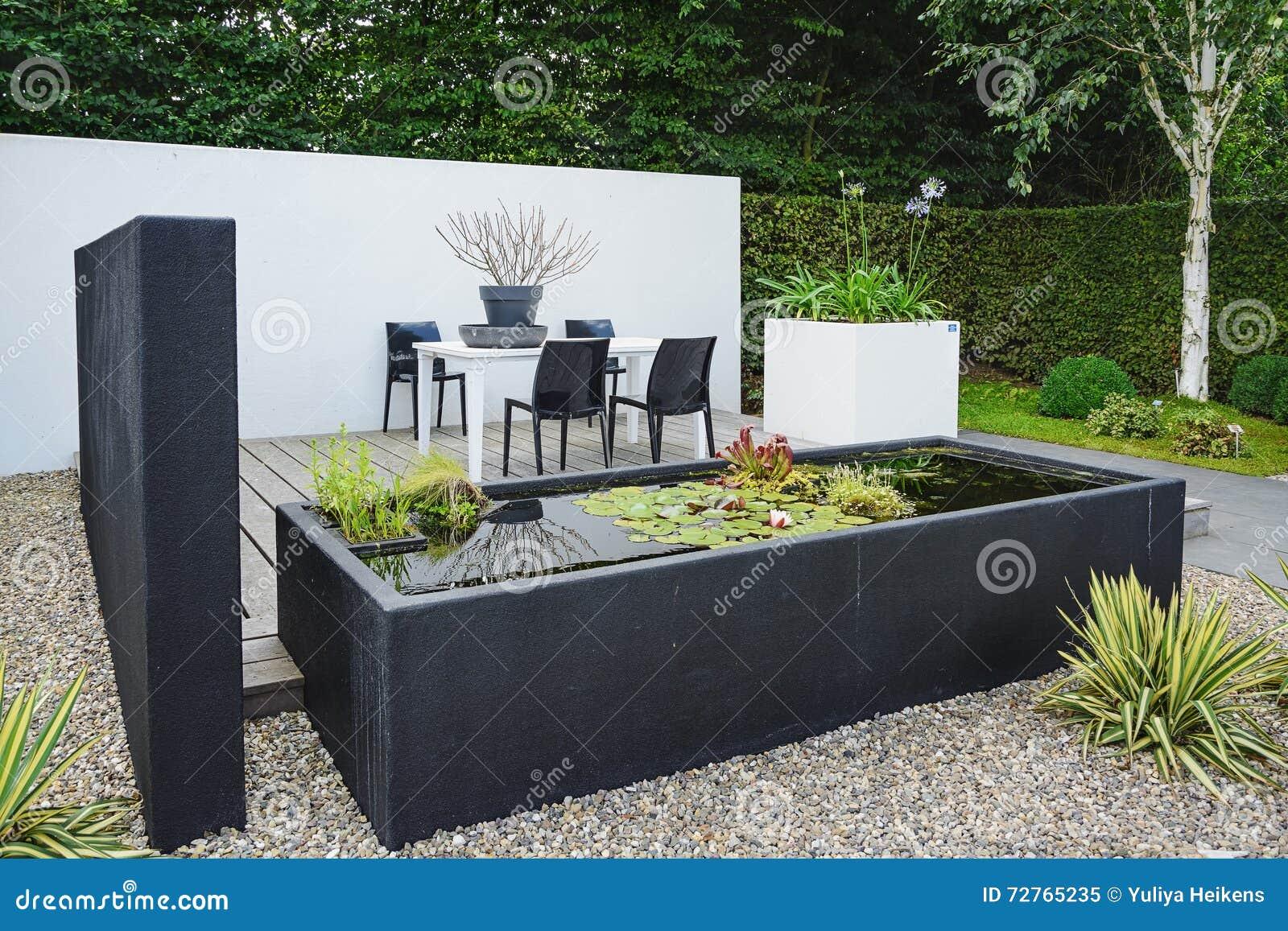 Immagini Di Giardini Moderni : Giardino con mobili da giardino moderni e lo stagno davanguardia