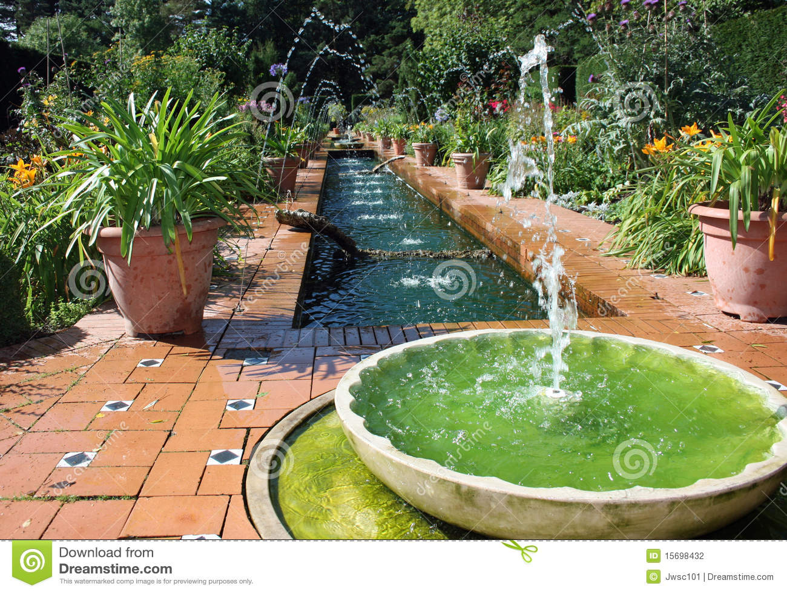 Giardino convenzionale di stile spagnolo con la fontana di acqua