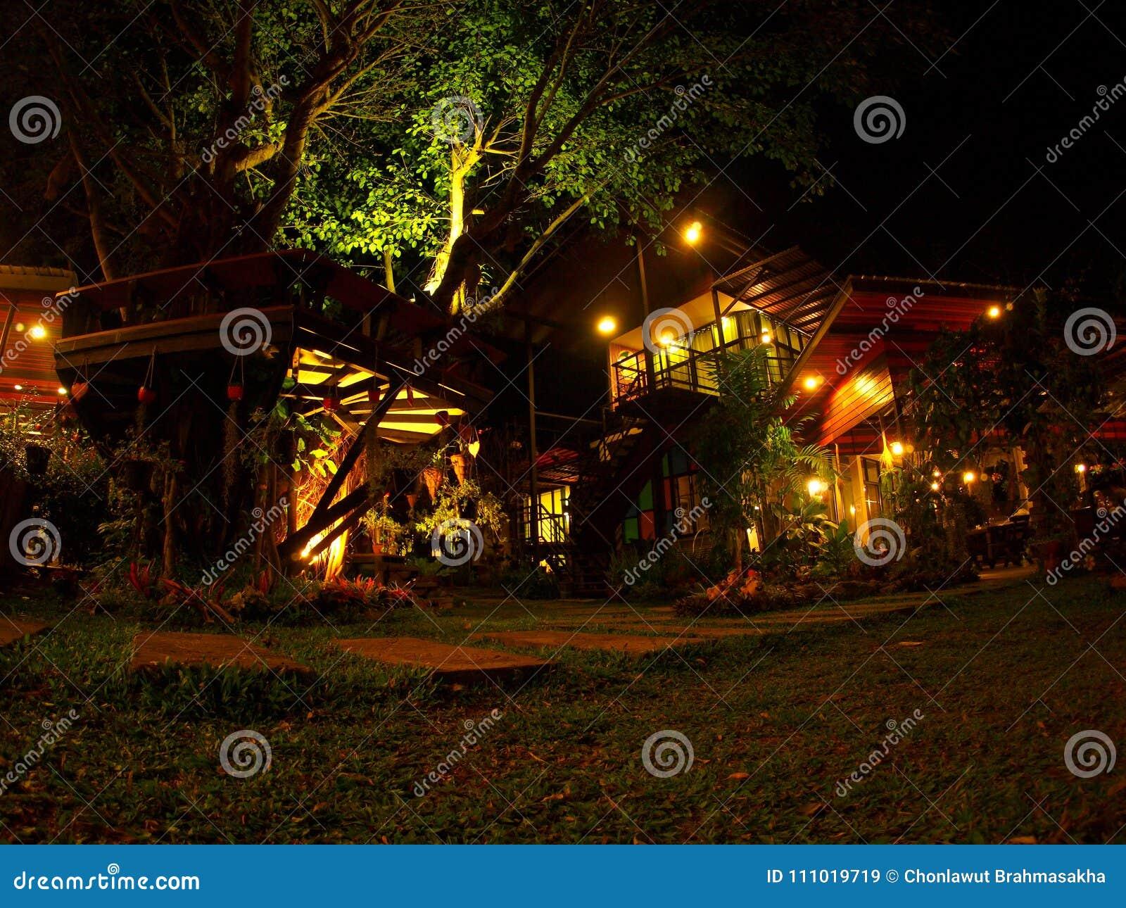 Giardino decorato con la lanterna calda di illuminazione immagine