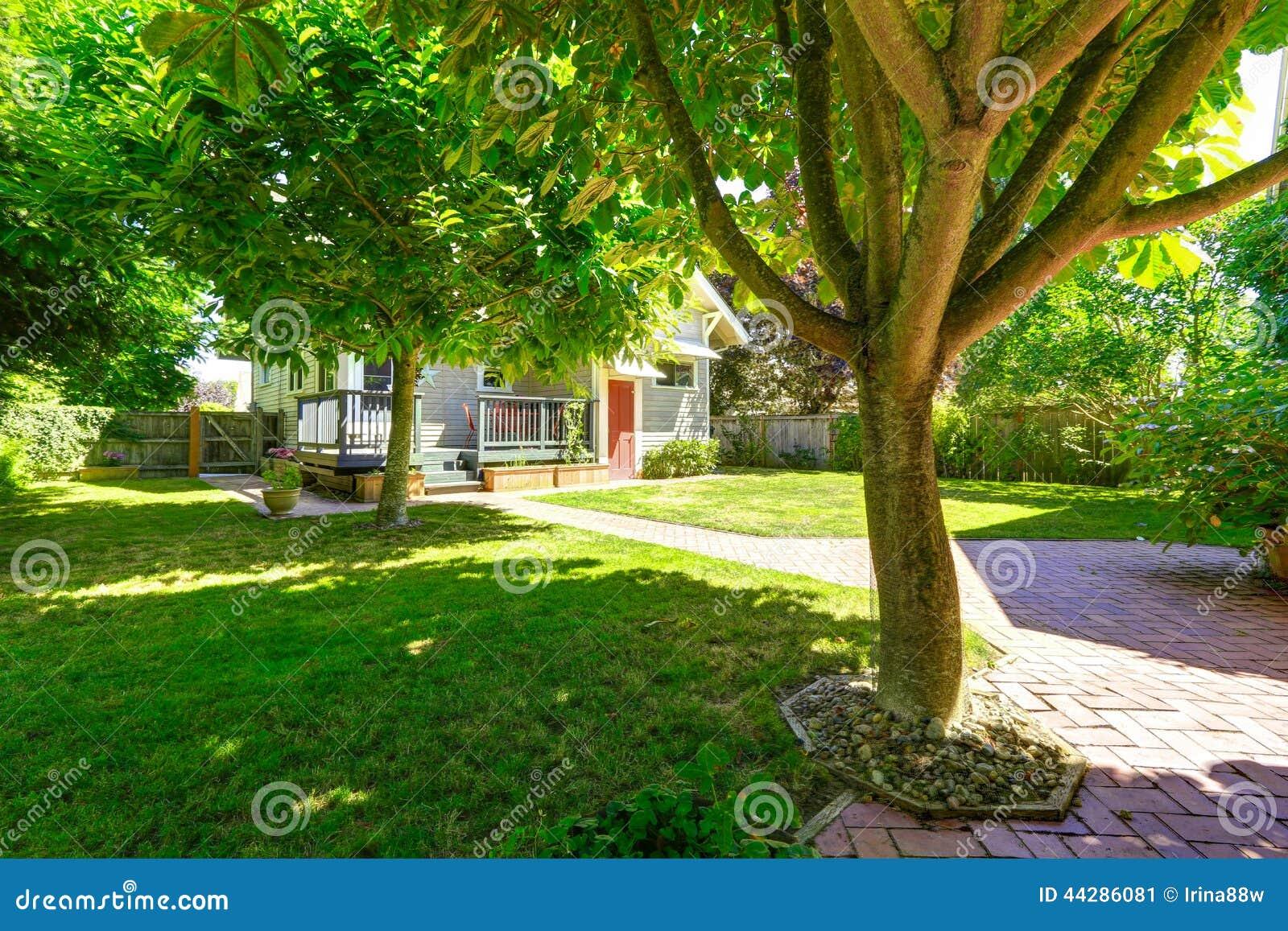 Giardino Del Cortile Con Il Passaggio Pedonale Delle