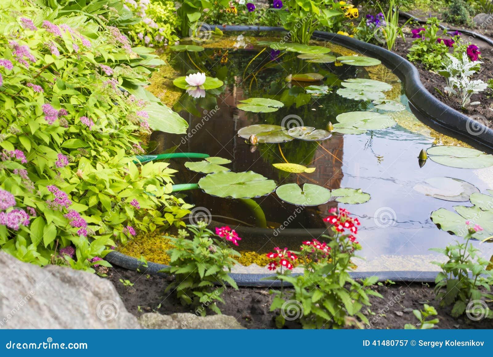 Giardino del frammento con uno stagno artificiale - Giardino artificiale ...