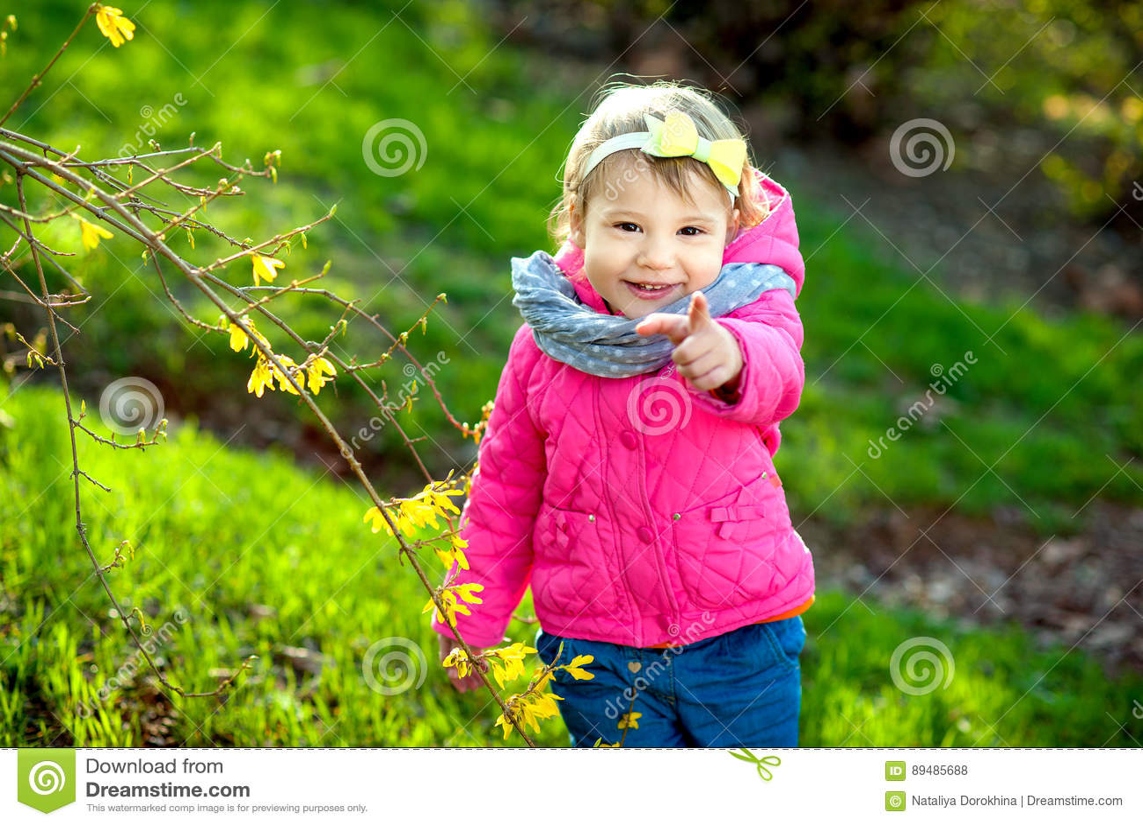 Giardino della bambina in primavera
