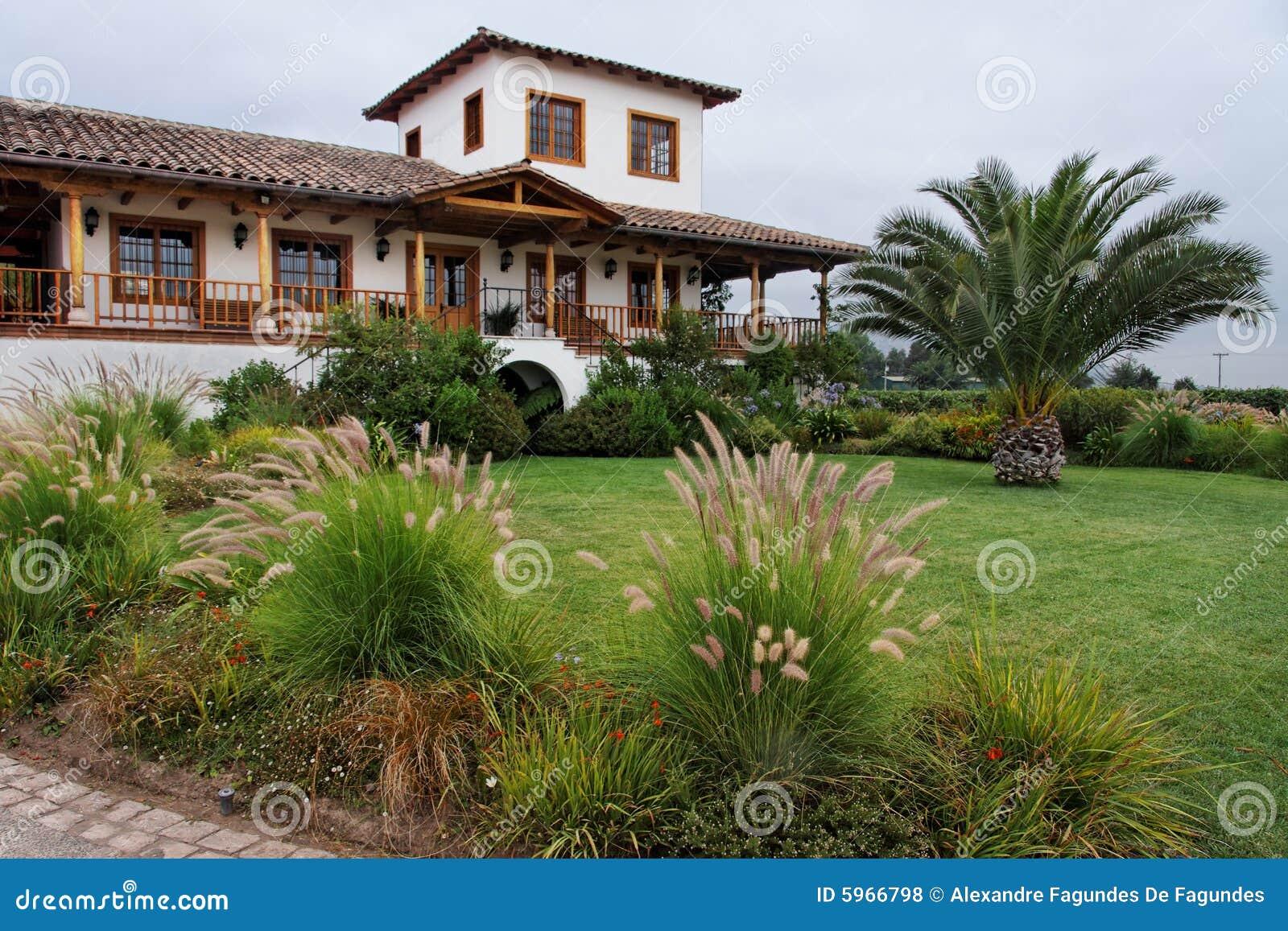 Giardino della casa di campagna fotografie stock libere da for Architettura della casa di campagna