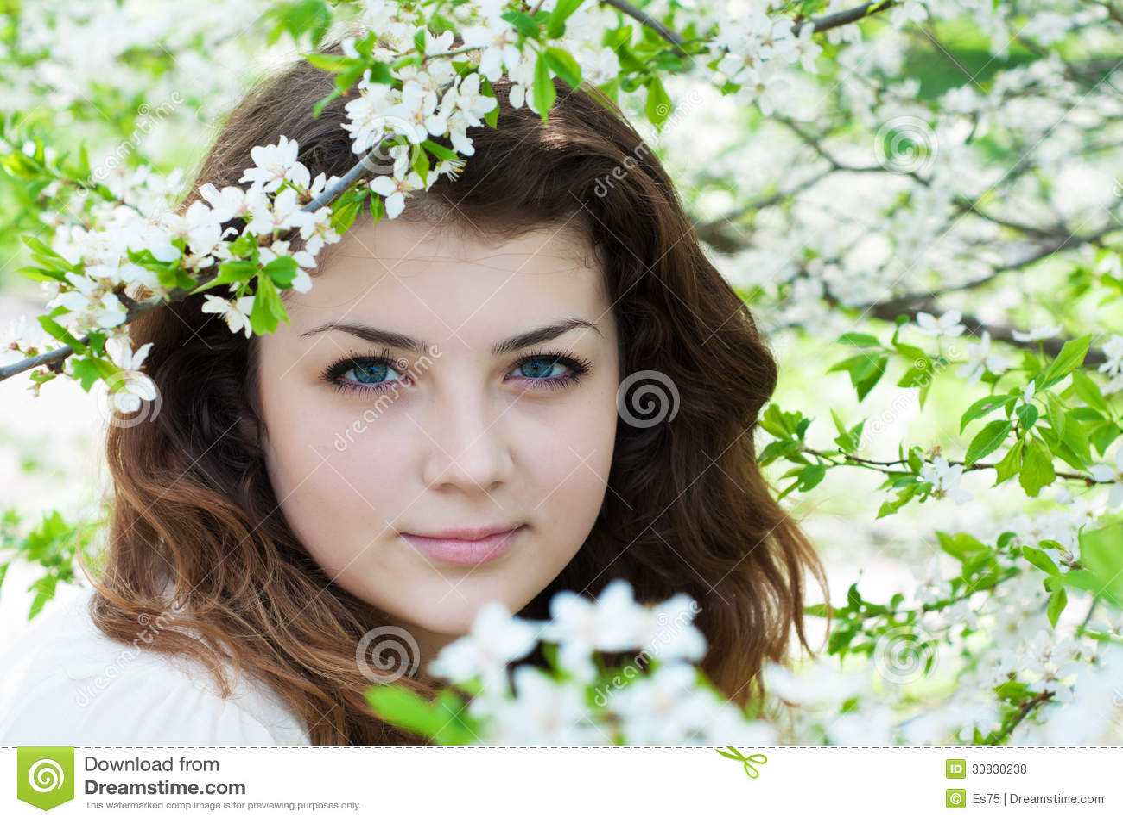 Giardino della ragazza in primavera