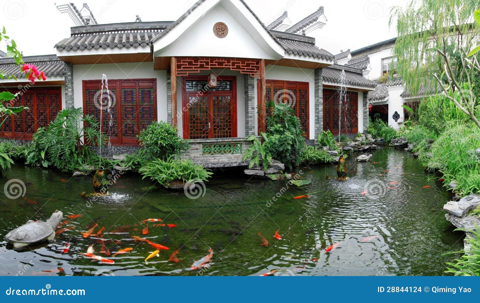 Giardino dello stagno di koi fotografia stock immagine for Casa tradizionale cinese