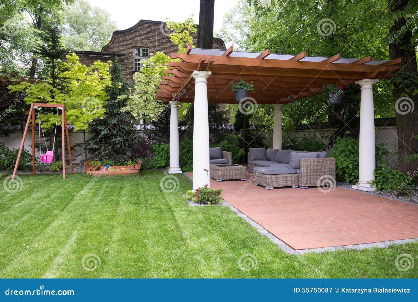 Giardino di bellezza con il gazebo moderno immagine stock