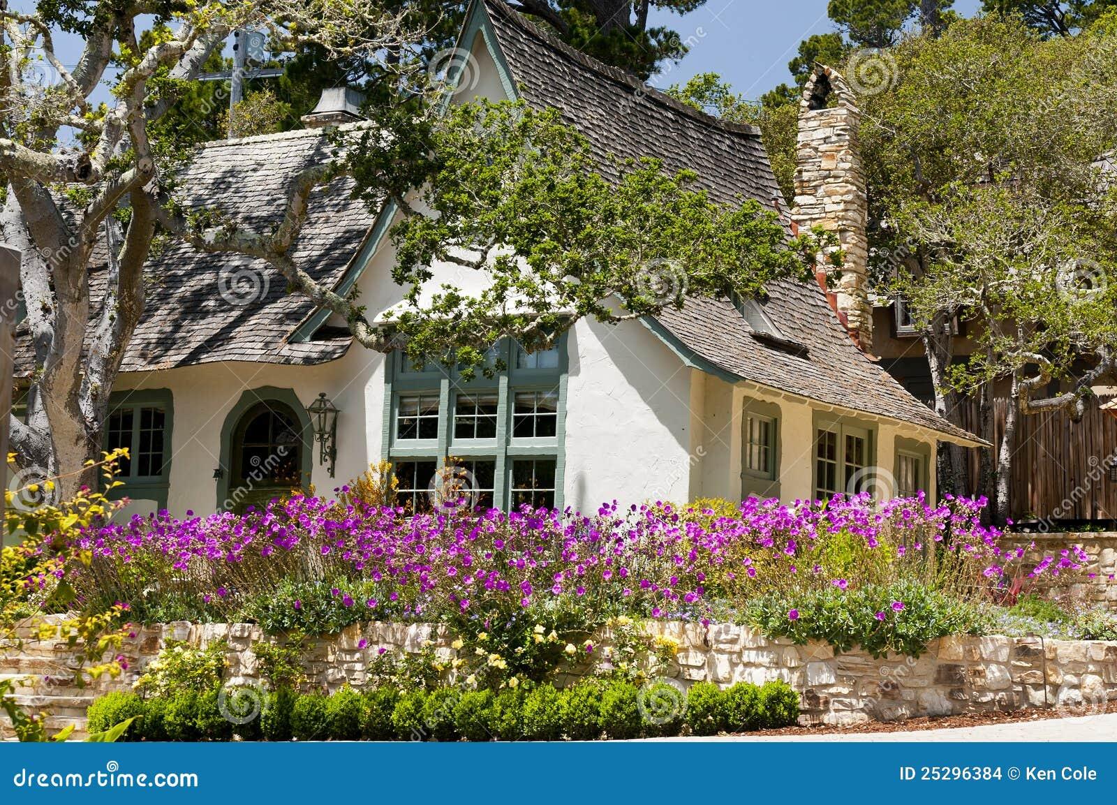 Immagini stock: giardino di fiore della casa di paesaggio
