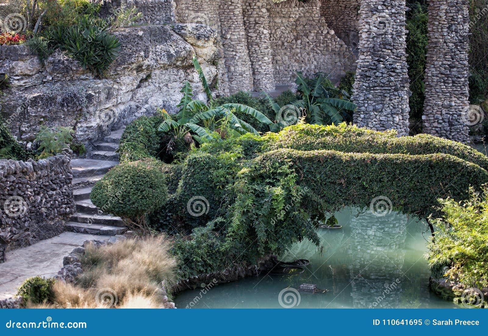 Giardino di pietra lungo lo stagno immagine stock immagine di
