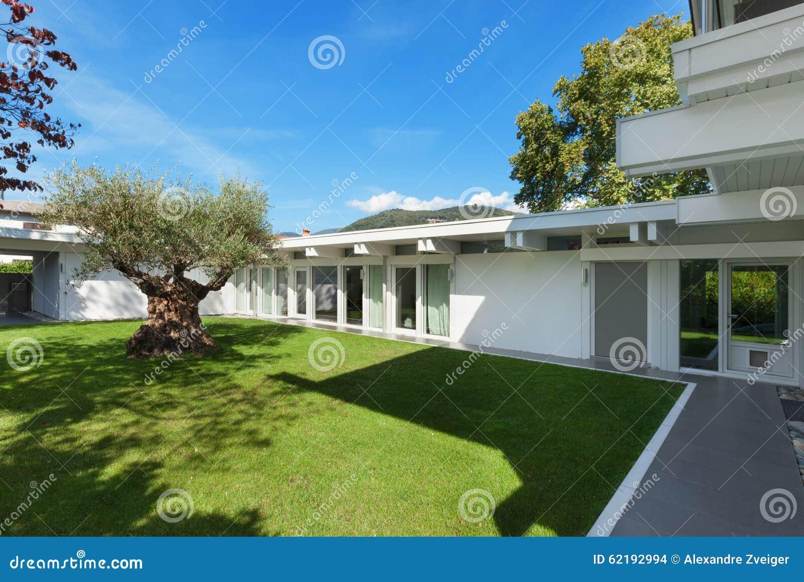 Giardino di una casa moderna con di olivo fotografia stock - Come disegnare una casa con giardino ...