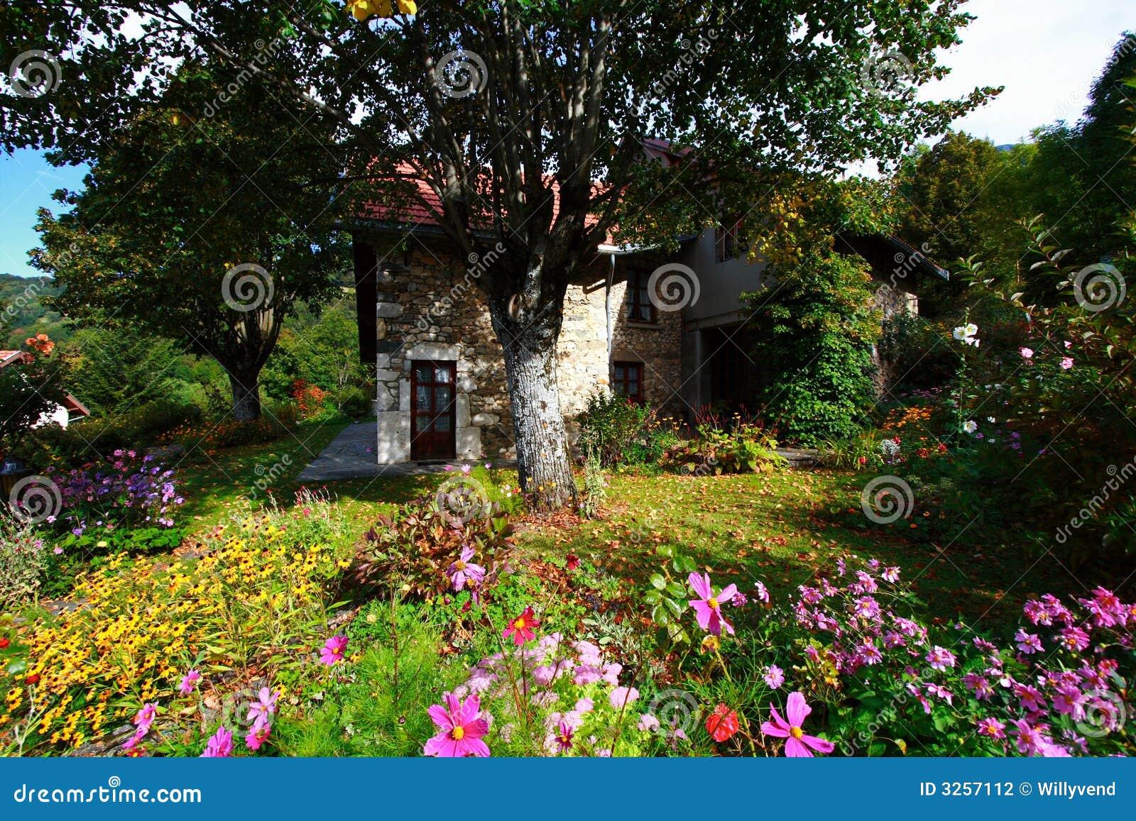Giardino e casa fioriti fotografia stock immagine di for Casa giardino