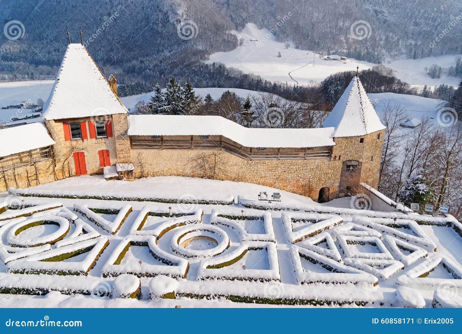 Giardino francese dietro il castello di gruyeres su un - Giardino francese ...
