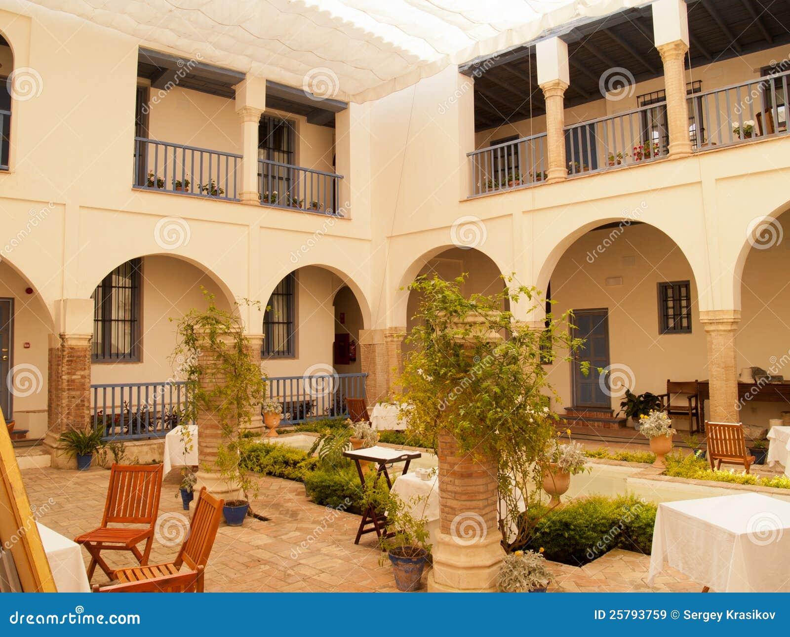 Giardino interno patio della casa storica a cordova for Interno della casa