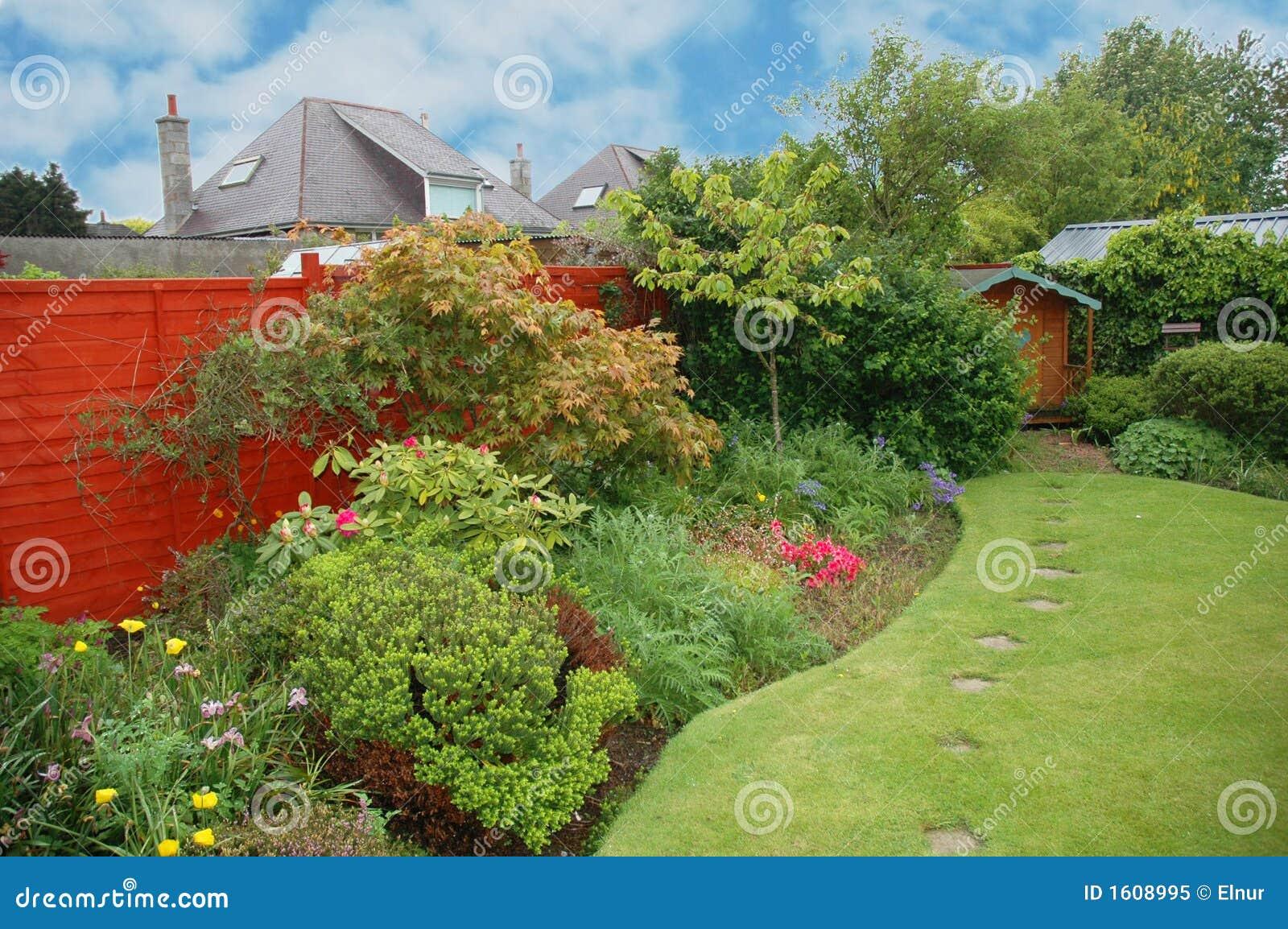 Giardino piacevole con i fiori immagine stock immagine for Giardino con fiori