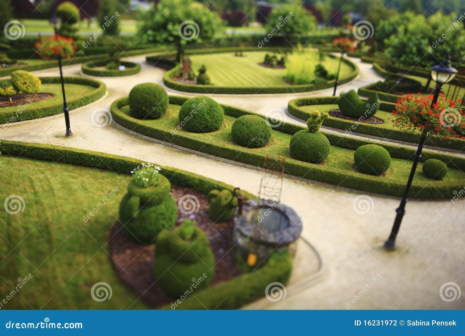 Giardino pubblico con i cespugli tagliati fotografia stock for Cespugli giardino