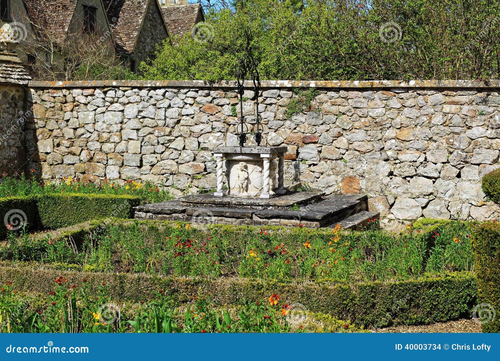 Giardino rustico bene con il pozzo della pietra fotografia - Giardino rustico ...
