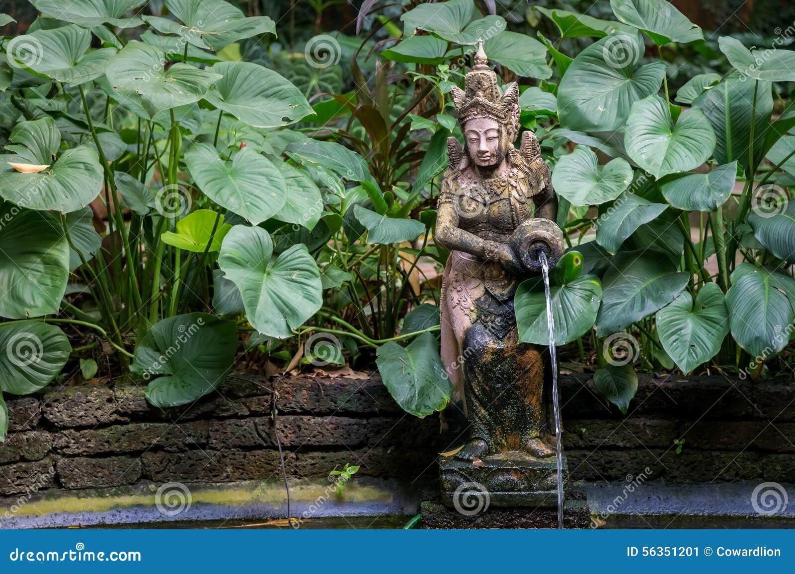 giardino tailandese con una fontana e un piccolo stagno fotografia ... - Piccolo Giardino Con Fontana