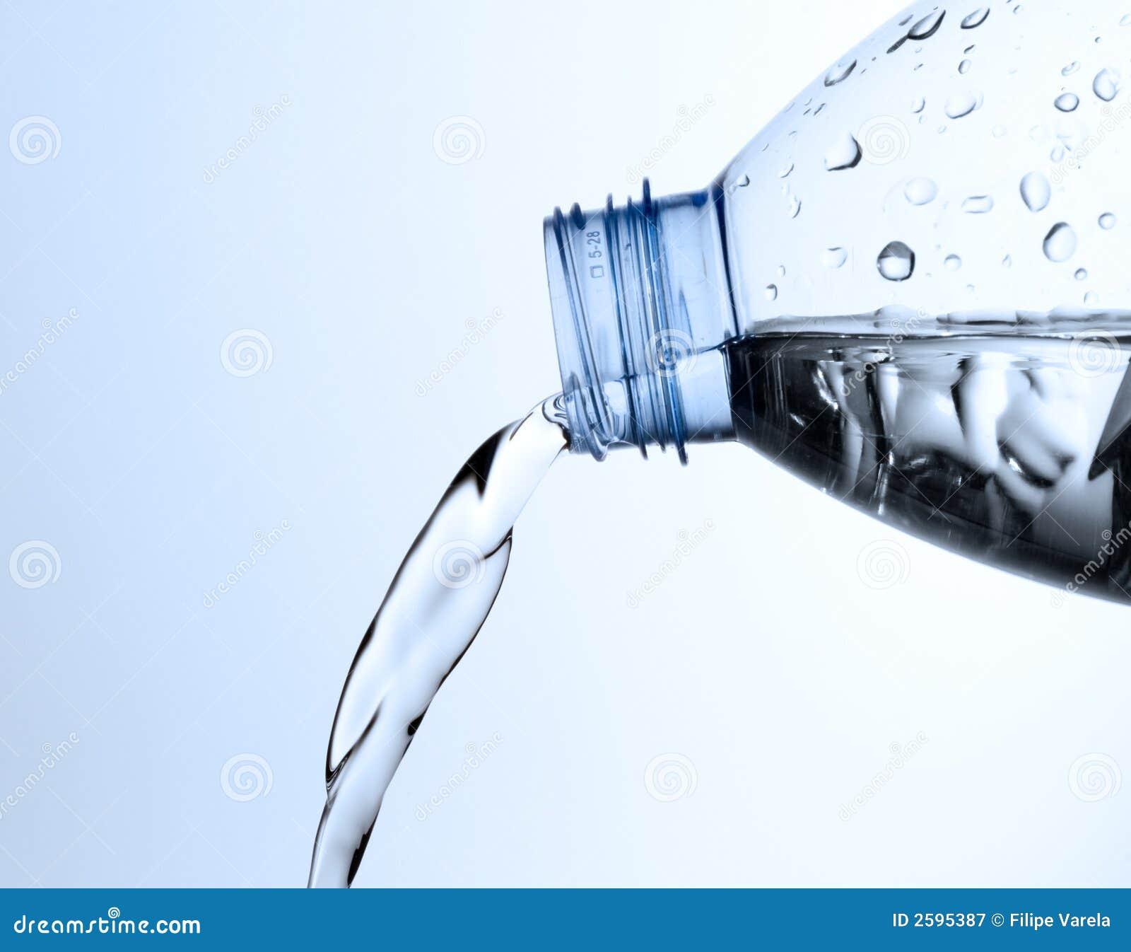 Gietend water van een fles