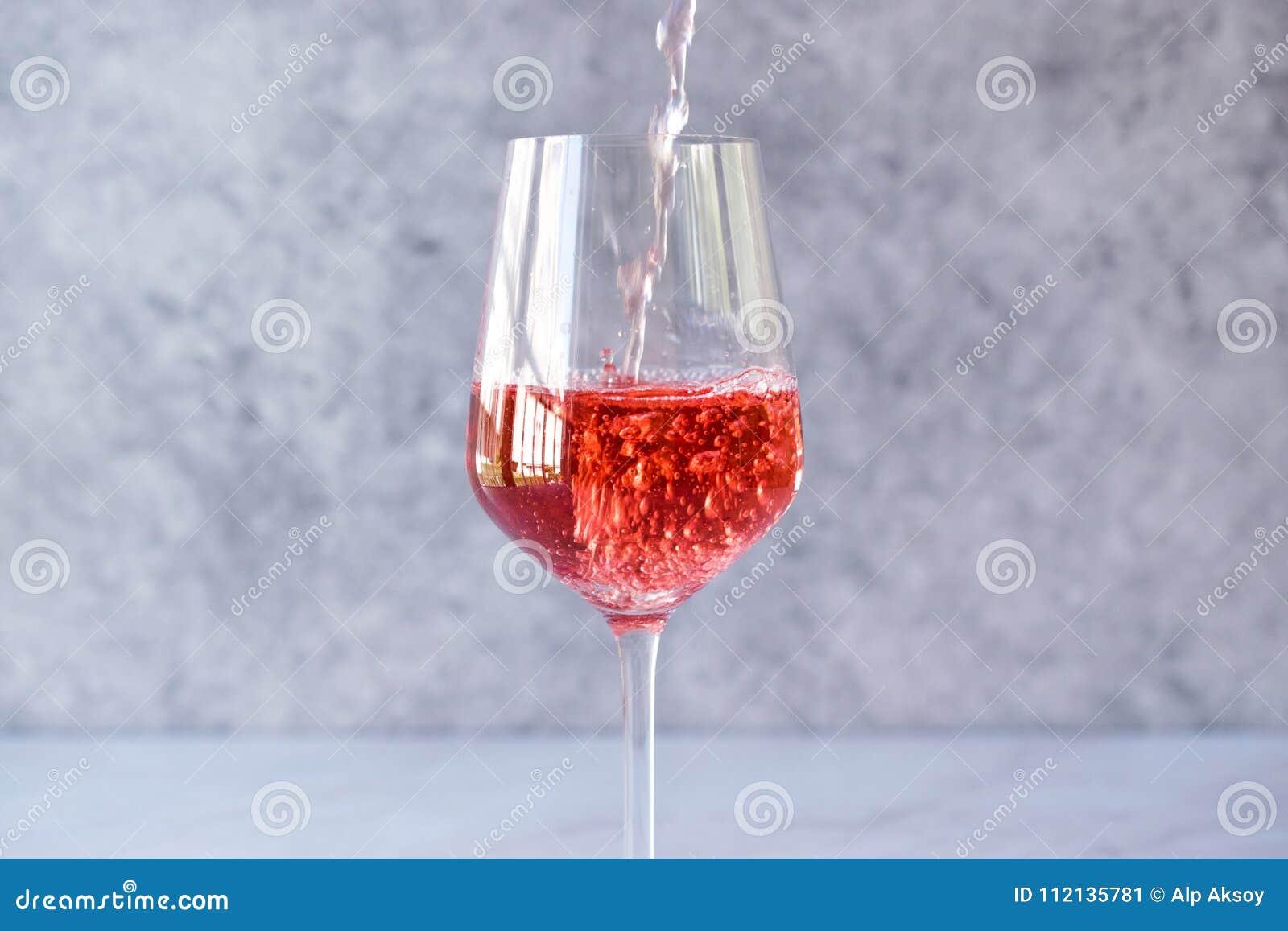 Gietende Roze Rose Blush Wine aan Glas