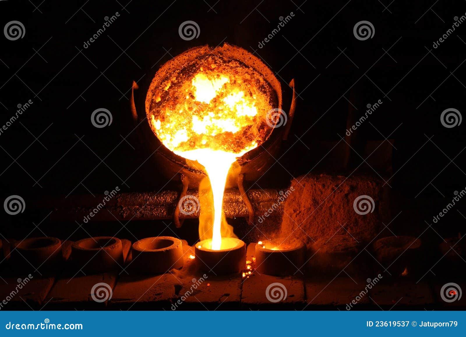 Gieterij - gesmolten metaal dat van gietlepel wordt gegoten
