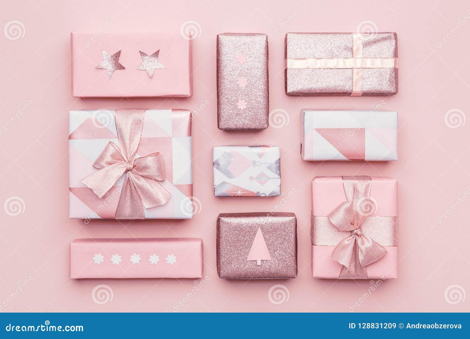 Gift het verpakken samenstelling Mooie noordse die Kerstmisgiften op pastelkleur roze achtergrond worden geïsoleerd Het roze kleu