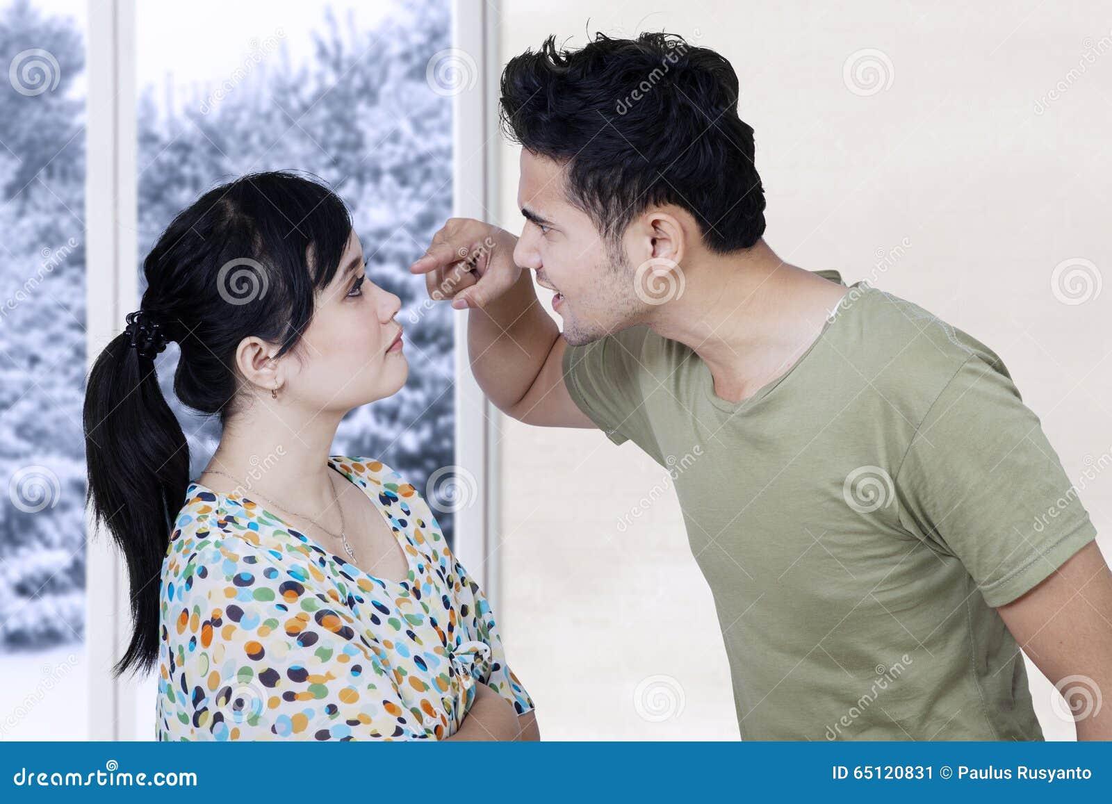 Gift par som hemma argumenterar