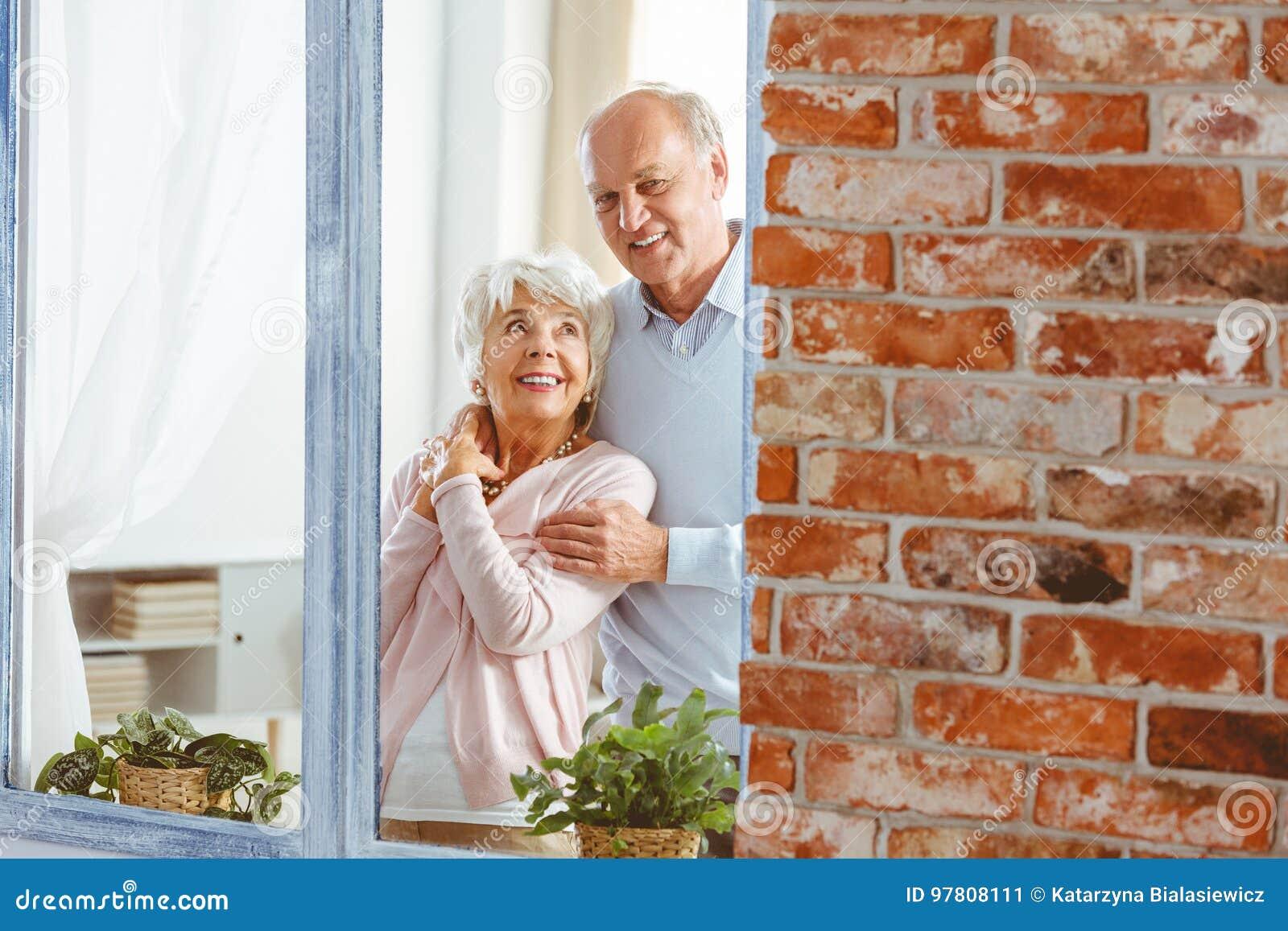 Gift par vid fönstret